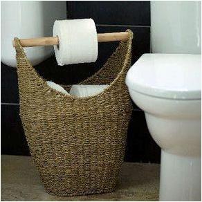 Prático, barato, organizado e bonito. Um cesto, um pedaço de cabo de vassoura e guardar os demais rolos. Fonte: http://www.shelterness.com/5-diy-toilet-paper-storage-solutions/