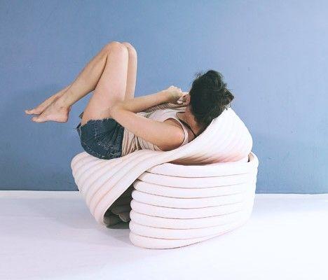 Cette structure d'assise souple créée par la designer, Kirsi Enkovaara, peut être pliée, roulée… dans plein de configurations afin de soutenir notre corps dans des positions confortables ou étranges.  The Body est le projet de fin d'études de Kirsi au Royal College of Art de Londres. Il a été conçu pour encourager les gens à réévaluer la façon dont ils sont assis. La structure de 6m de long peut être transformer en n'importe quelle forme et conserve sa position.