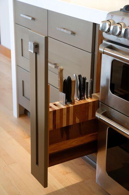 5. Un tiroir à couteaux En tant que cordon bleu accompli, vous aimez que les plans de travail restent clairs et bien rangés. Les bandes magnétiques accrochées au mur pour ranger vos couteaux peuvent faire l'affaire, même si elles ne sont jamais très sûres ou fiables. Voici une alternative avec un bloc à couteaux dissimulé dans un tiroir. Encore une fois, l'emplacement est primordial. Il faut que ce tiroir soit aussi près de votre plan de travail que possible pour garder vos couteaux à portée…