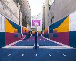 Дизайнерская баскетбольная площадка в центре Парижа