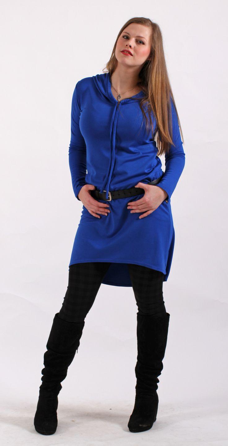 Modré+šaty+s+kapucí+Pohodlné+šaty+s+kapucí+ze+směsovéhoúpletu.+Šatyjsou+mírně+tvarované+v+pase+sukně+je+mírně+rozšížená,+délka+šatů+se+svažuje+dozadu.Na+bocíchmají+kapsy.+Materiál+je+velmi+příjemný+a+má+vyšší+gramáž+-+vhodný+na+zimní+období.+Velikost+a+délka+podle+objednávky.+Tabulka+velikostí+Velikost+S+HO+87+-+90+cm+Pas+68+-+71+cm+Boky+93+-+97...