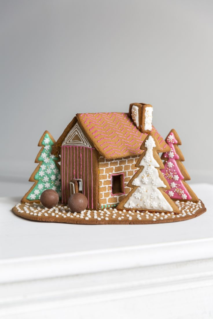 Moulds for Gingerbread House | Pentik Christmas 2017 | With gingerbread house molds you can bake an impressive gingerbread house to create Christmas feeling.  There are instructions in the package for making walls, windows, ladders as well as tiny heart-shaped decorations for the roof.