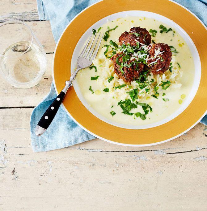 Muusikko Kasmirin lempilihapullat maistuvat Kreikalta. Muhkean maun tuovat fetajuusto, valkosipuli, aurinkokuivatut tomaatit ja yllätyksenä harissatahna. K