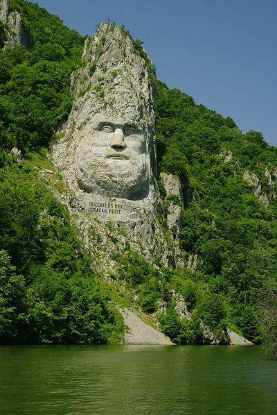 Decebal visage du roi sculptée Dans La Roche sur les rives du Danube, en Roumanie