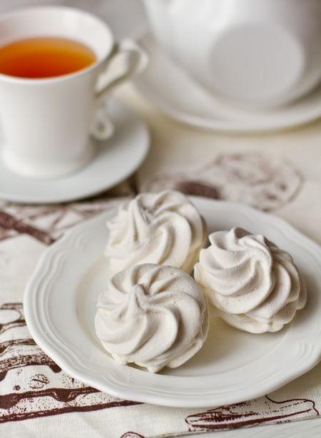 domashniy zefir: (Russische marshmallows) 8 g agar 160 ml water 4 middelgrote appelen Suiker 725 g 1 eiwit 1 eetl vanillesuiker poedersuiker om te bestrooien