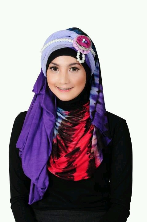 Love this hijab style without the flower...