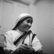 Conoce a las 16 mujeres que han ganado el Premio Nobel de la Paz: 1979: Madre Teresa, contra la pobreza en La India