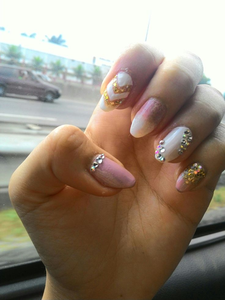 12.16 Nude and gold strass nails II