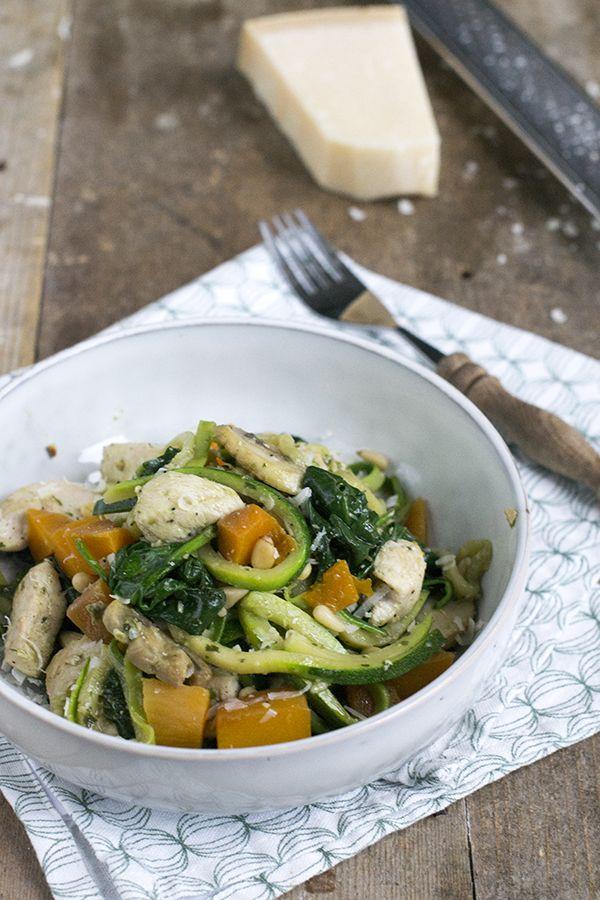 Courgette pasta wordt ook wel courgetti genoemd. Deze keer bereidde ik dit courgette pasta met kip en pesto recept voor jullie.