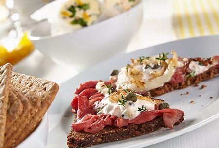 smørrebrød á la René Pluijm: Voor het paasontbijt doet René inspiratie op in Denemarken en Frankrijk. Hij maakt smørrebrød, ofwel een Deense 'boterham' met rosbief en gefrituurde uienringen. Uit: de Coop Keukentafelgids Lente 2014.