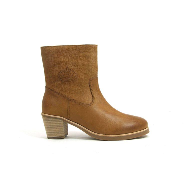 Licht bruine enkel hoge laarsjes van aQa, model A2731! De dames laarzen zijn helemaal leer en hebben een rits aan de binnenzijde. De blokhak is comfortabel en toch vrouwelijk met een hoogte van ongeveer 5 centimeter. De loopzool van de aQa dames enkel laarsjes is van rubber.