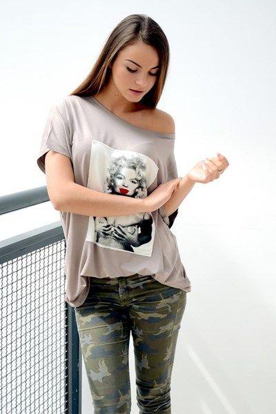 Jednokolorowa bluzka typu oversize z naszytym nadrukiem Marilyn Monroe. Po bokach bluzka posiada dekoracyjne ściągacze. Wykonana z najwyższej jakości dzianiny, która doskonale się układa co zapewnia wspaniały komfort noszenia. Idealna do licznych stylizacji na każdą okazję. Oryginalnie zapakowana z kompletem metek.