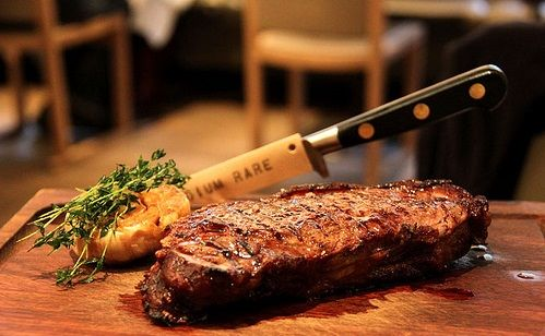 Steak. A legjobb, ami egy marhával a halála után történhet. Míg Magyarországon még sokan félnek a rózsaszínre sütött hústól, addig külföldön már furán néznek arra, aki átsüti a marhahúst. Sokak kedvence, mégis félnek otthon elkészíteni, és borsos áron rendelik steakhouse-ok étlapjáról. Némi alapismeret...