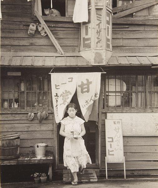 猫が居て, 下駄が吊るしてあって, 「コーヒ」て書いてあって…めっちゃホッコリするぅ〜♨(´ω ` ) Woman in front door, 1955 by Kiyohiko Komura