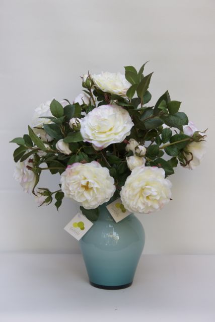 Rosas blancas artificiales