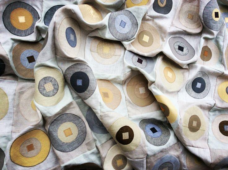 Couchdecke aus Patchwork mit Applikationen - Baumwolle, Leinen, Wolle #patchwork #grey #beige #linnen
