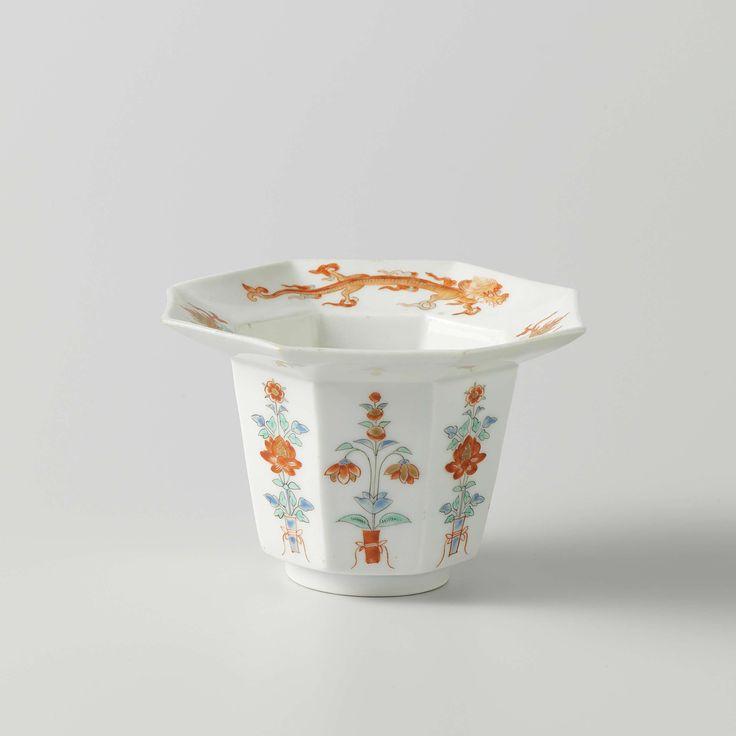 Anonymous | Octagonal bowl with floral motifs, dragons and pearls, Anonymous, c. 1670 - 1700 | Achthoekige kom met een vlakke rand, beschilderd op het glazuur in blauw, rood, groen, geel, zwart en goud met bloemtakken op de acht buitenzijden en met twee draken die op een parel jagen op de rand. Kakiemon stijl.