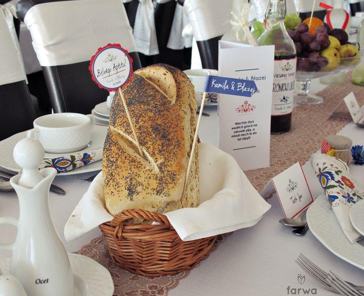 Etykietki na patyku doczepione do jedzenia na stołach weselbych i bufetach. Napisy w Języku Polskim lub Kaszubskim.  W naszej ofercie mamy również:  -MENU WESELNE  -TABLICZKI DO JEDZENIA  -ZAPROSZENIA  -ZAWIESZKI/NAKLEJKI NA WÓDKĘ  -WINETKI  -PLAKAT USADZENIA GOŚCI