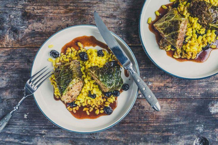 Kohlrouladen war gestern! Probiert doch lieber mal unsere geschmorten vegetarischenWirsingröllchen mit Sonnenblumenkernenauf einem Bett ausSonnenweizenund Kirschen. Damit löst ihr Oma in der Küche ab!