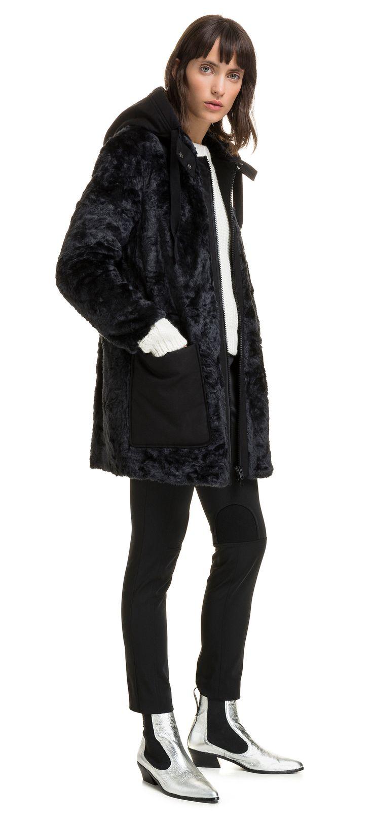 Abrigo de pelo BIMBA Y LOLA en color azul petróleo. Modelo de corte recto con capucha y bolsillos a contraste en tejido. Cuello redondo con cierre de