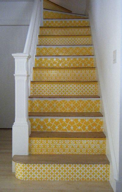 escalier peint pochoir jaune contremarches décorées d'un motif différent.