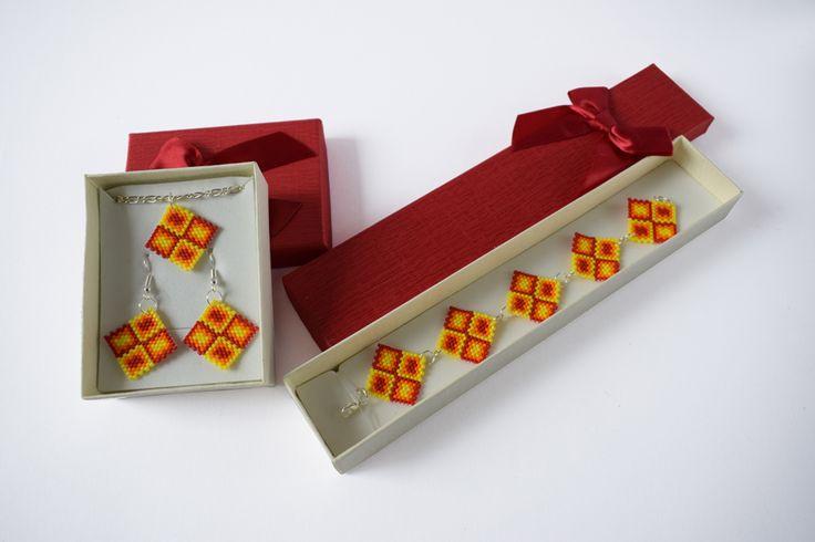 Squared peyote jewellery set - red-orange-yellow * Négyzetes peyote ékszerszett - piros-narancs-sárga *  https://www.vivienholl.com/termek/negyzetes-ekszerszett-piros-narancs-sarga/ #beads #gyöngyök #peyote #miyuki #jewel #jewellery #ékszer #set #ékszerszett #bracelet #necklace #earrings #karkötő #nyaklánc #fülbevalók #vivienholl