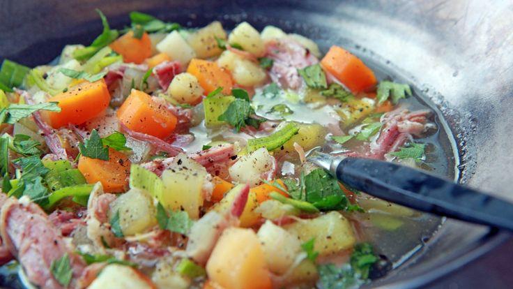 Høstens gode grønnsaker med salt svinekjøtt i en varmende suppe. Lise Finckenhagen bruker gulrøtter, kålrot, sellerirot, pastinakk, poteter og purre i suppeoppskriften.
