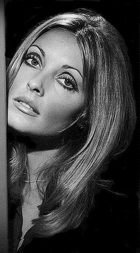 60s eye makeup - i love how the bold crease shading is placed so that, for a minute, you think it really is just a shadow.