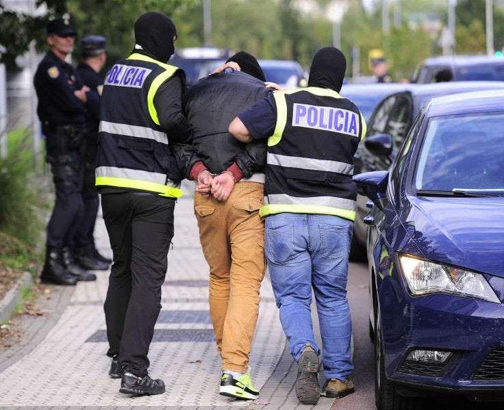 Deux hommes soupçonnés davoir fait l'apologie du terrorisme ont été arrêtés ce mercredi, a annoncé la police espagnole à l'AFP, précisant avoir découvert lors des perquisitions qui ont suivi quatre chargeurs et des munitions. Selon l'agence de presse Europa Press, il s'agit de chargeurs de fusils d'assaut de type AK-47. Une porte-parole de la police, interrogée par l'AFP, n'a cependant pas confirmé cette information. Cinq perquisitions menées ...