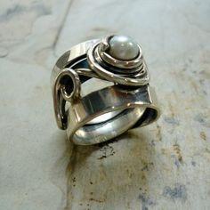 Se trata de un anillo de plata única hermosa hecho de un alambre de plata envuelto. Tiene un hermoso fresco de agua blanco perla en la parte superior, dando un aspecto elegante. Hay un cable ancho plateado haciendo la forma del anillo y un pequeño alambre con una forma orgánica alrededor de la perla. Tiene una única forma y la textura y hace un anillo de gran declaración! Código: k #276 * Si, por cualquier razón no estás completamente satisfecho, comuníquese conmigo por lo que podemos…