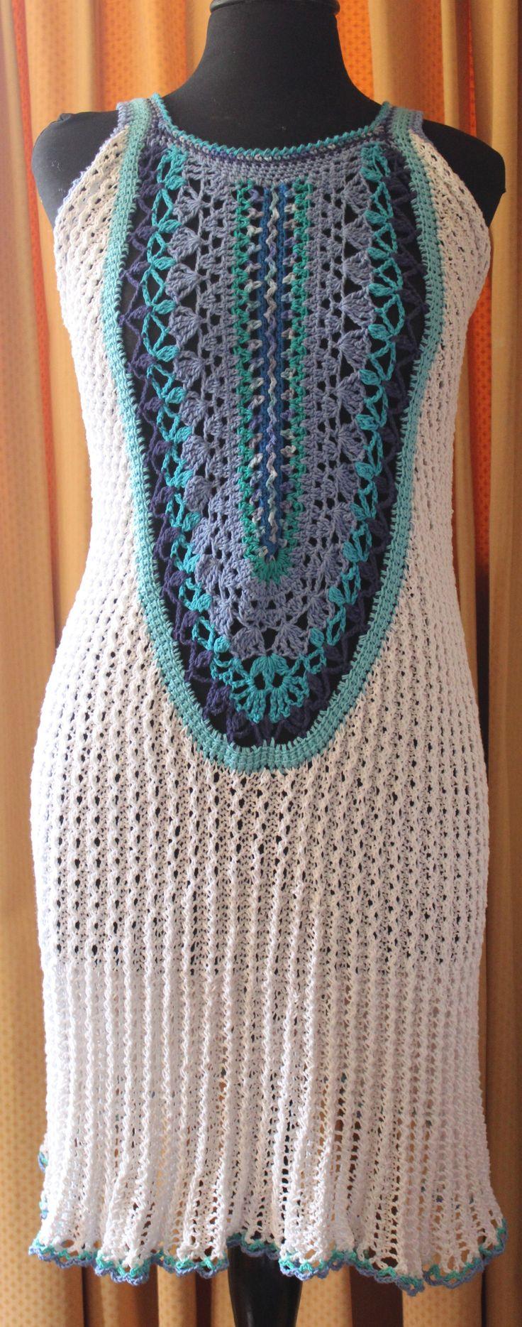 delantera de un vestido de algodón tejido a palillo alrededor de un centro de crochet.