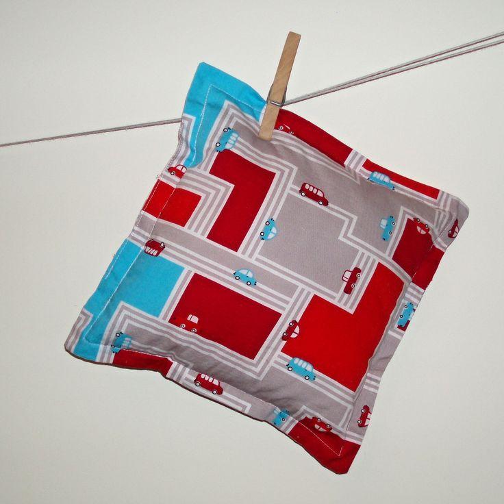 Polštářek č. 5 (auta a silnice červené) Polštářek do postýlky, postele, auta, k odpočinku, k dekoraci, pod zadek, k oživení pokoje, pro radost, jako dárek... Jak kdo chce. Měkký, příjemný. Jednoduchý - je to komplet polštářek, nejedná se o povlak. Nedá se sundat, je jednovrstvý, rovnou vyplněný (antialergenní PES kuličky duté vlákno) v může se prát (samotné ...