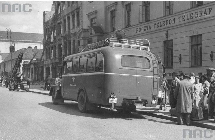 Autobus dalekobieżny na przystanku przed Pocztą Główną na Kr Przedmieściu. W tle…