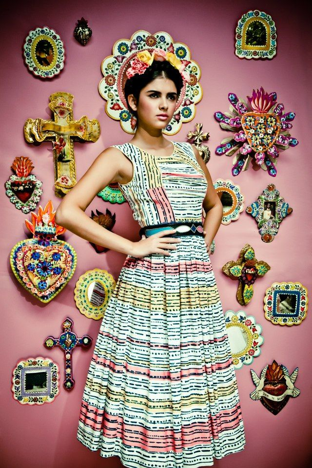 Frida Kahlo inspired - I love what she's wearing and that she looks like the art on the wall  #Mexico #Mexicanart #fridakahlo