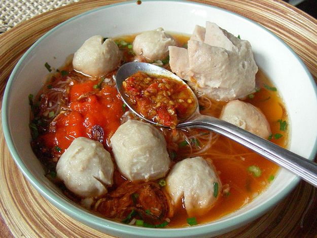 Bakso (Indonesian meat balls served in chicken broth soup, rice vermicelli or yellow noodles (depends on your liking), sprinkled with fried shallots, celery, and sambal) | Community Post: 30 Delicious Indonesian Dishes You Need To Try