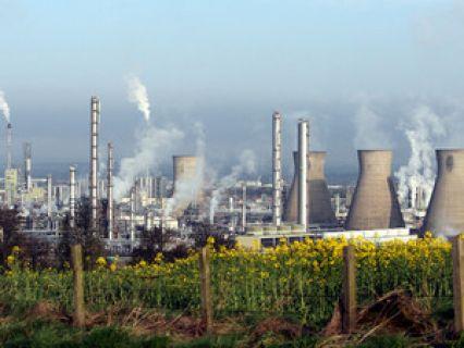 O barril de petróleo Brent, de referência na Europa, ultrapassou hoje pela primeira vez desde junho de 2015 a barreira dos 65 dólares devido ao encerramento de um importante oleoduto na Escócia, Reino Unido, explicaram especialistas, citados pela Efe.... http://sicnoticias.sapo.pt/economia/2017-12-12-Petroleo-sobe-para-maximos-desde-junho-de-2015-devido-a-problema-em-oleoduto-na-Escocia