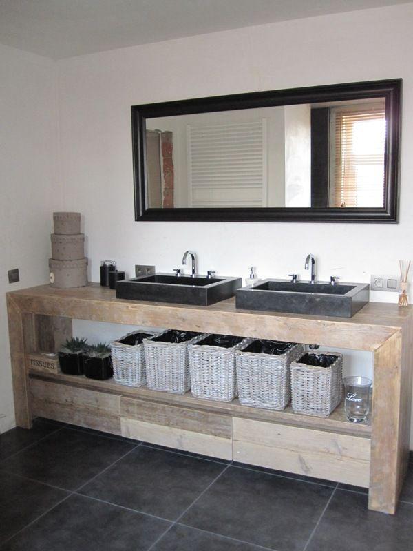 Badmeubel met betonnen wasbakken en steigerhout