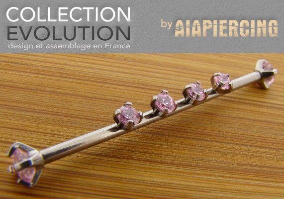 Piercing Industriel Aiapiercing-Evolution ® http://www.aiapiercing.com/collections/piercing-industriel-aiapiercing-evolution-pierres-roses Ce bijou est parfaitement adapté au piercing industriel. Le diamètre du jonc de la barre est de 1.6mm et les pas de vis sont internes. Il est composé de 6 éléments de piercings à visser. Ce bijou est assemblé à la main. La matière de ce piercing est du titane 6 AL4V ASTM F–136; il est donc biocompatible, hypoallergénique et implantable.