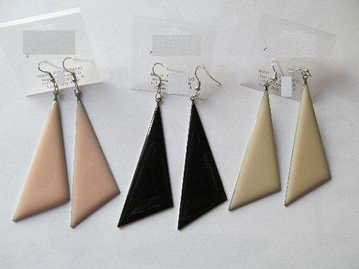 Háromszög alakú fém fülbevaló, a háromszög 7 cm-es, TÖRTFEHÉR. 450,- Ft/pár (a rózsaszín és a fekete elfogyott)