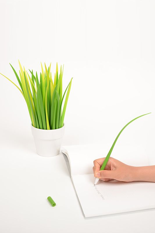 How cool is this grass pen? I want a few of these to make a mini garden on my desk...