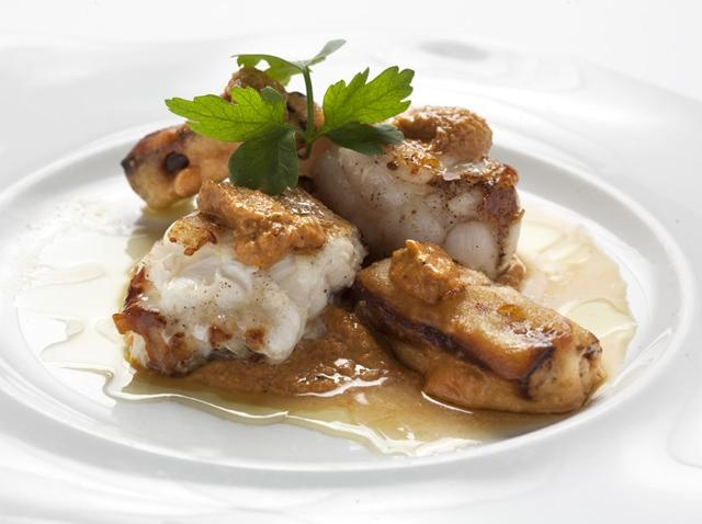Rap amb romesco i tempura de ceba tendra.  http://www.tv3.cat/cuines/recepta/rap-amb-romesco-i-tempura-de-ceba-tendra/7851