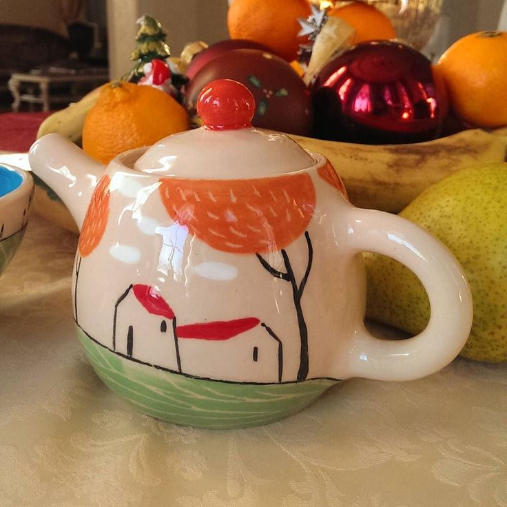 Поселила у мамы свой первый более-менее осознанный чайник. Он такой крошка что хочется сделать ему старшего брата:-) А до свидания с гончарным кругом еще целых две недели  #керамика #керамикаручнойработы #чайник #ceramics #handmadeceramics #teapot #ceramica by _ku_