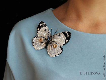 Купить или заказать Брошь Бабочка B2016-5. в интернет-магазине на Ярмарке Мастеров. Продана! Украшение в виде бабочки - это прекрасное напоминание о лете. Украсит любую простую и безликую блузку, как на фото выше. Петки в бабочке с легким радужным эффектом, красиво блестят, переливаются. Размер украшения 8,5 x 7 см.