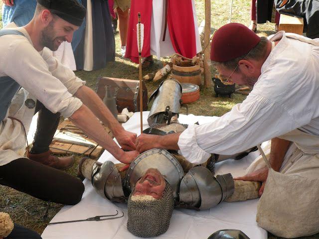 Reconstitution médiévale, les médiévales de Folleville, hospital de campagne avec les chevaliers du comté de Boulogne.