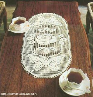 Hobby lavori femminili - ricamo - uncinetto - maglia: schema centro ovale a filet farfalle e rosa