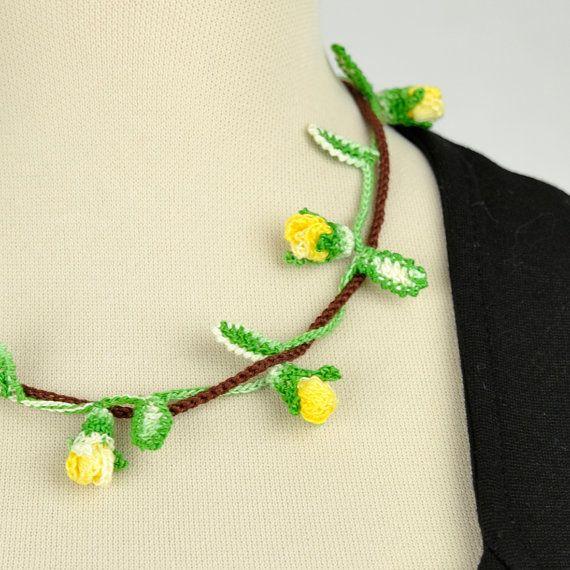 Collana ramo di boccioli di rose gialle di GioiaAllUncinetto