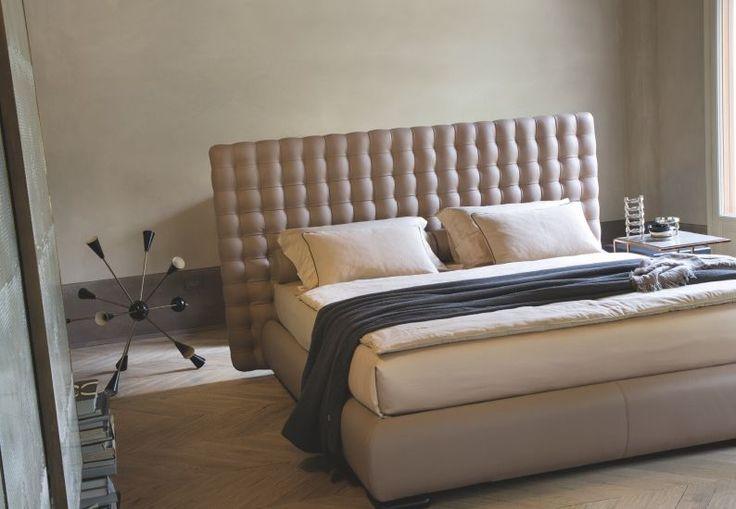 Chocolat è un letto matrimoniale rivestito in tessuto di Twils. Ha un design lineare ed essenziale, dal gusto classico, reinterpretato in chiave moderna.