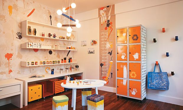 Moderno e criativoQuem disse que quarto de bebê precisa ser pintado com cores claras? Se você deseja montar um ambiente moderno e alegre, pinte uma das paredes com uma cor vibrante (como esta laranja). Para dar o contraste, opte por usar móveis na cor branca e decore com objetos criativos