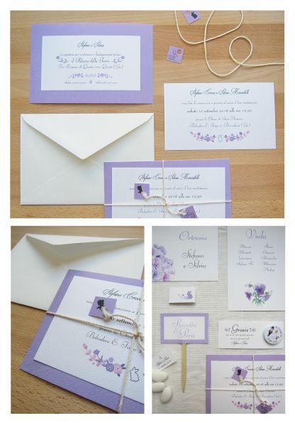 Coordinato nozze tema lilla e fiori. Partecipazioni a pacchetto con mini tag personalizzate, pins personalizzate con ringraziamento, segnatavoli, cartellini tableau, cartellini confettata