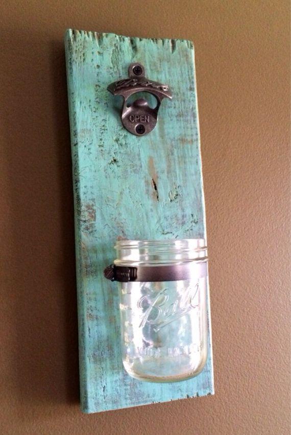 + La main mural décapsuleur avec catcher capuchon amovible mason jar. Celui-ci dun ouvre-bouteille aimable est fait de bois de palettes récupéré et est parfait pour cuisine, bar ou grotte de lhomme ! Le récupérateur de cap mason jar peut être facilement retiré lorsquil est plein en desserrant le collier de serrage. + Mesure environ 15 x 5    + Matériel de montage inclus (fixations en trou de serrure deux ; un sur le dessus et sur le fond), mais peut aussi être monté directement sur un poteau…